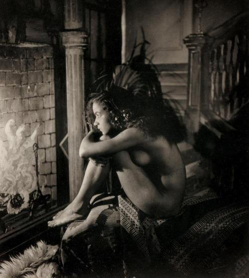 VDZNudebythepaintedfireplace1923